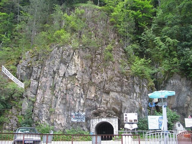Входът на Ягодинска пещера