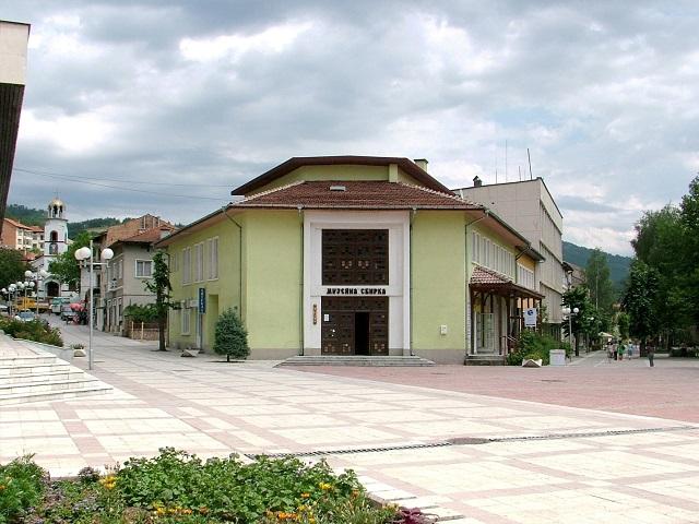 сградата на читалището в Девин